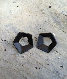 Pendientes Pentágono /// Pentagon Earrings. Sweet Tooth Designs/ April Wood www.paqueretteshop.com