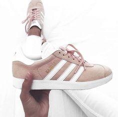 Die adidas Gazelle aus Veloursleder in Vapour Pink. Hier entdecken und shoppen: http://sturbock.me/BCD