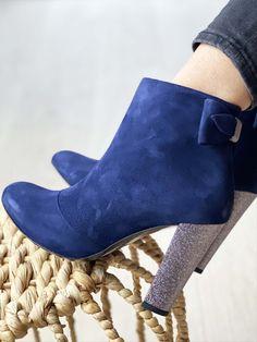 Ces bottines uniques et sur-mesure vous accompagneront au quotidient pour un automne-hiver tout en douceur et confortable ! Choisissez la hauteur et la forme des talons, ainsi que les matières que vous voulez pour vos jolies chaussures boots ! Bleu Marine, Ainsi, Ankle, Shoes, Fashion, Custom Shoes, Blue Shoes, Ankle Boots, Heels