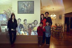 John Clang. Fotografie mit Skype und Beamer. Hier: DeeDee Lim, ihre Schwester MeiDee Lim, deren Mann Terence und die gemeinsamen Kinder Gavyn und Lenard in Westport, Connecticut. Per Skype ihre Verwandten in Singapur