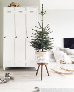 8 Splendid white rooms just in time for a White Christmas Small Christmas Trees, Christmas Love, Rustic Christmas, All Things Christmas, Beautiful Christmas, Scandinavian Christmas Decorations, Christmas Tree Decorations, Christmas Inspiration, Xmas Ideas