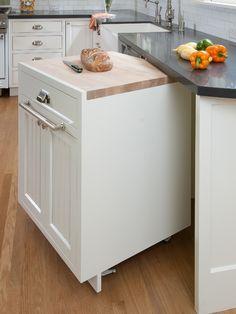 Ekmeği tahta bile kullanmadan kesen ben için fazla alengirliyse de..  http://www.houzz.com