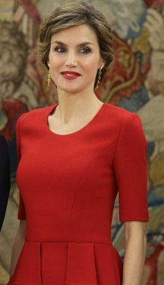 La Reina Letizia ha vuelto a sacar su peplum rojo de Carolina Herrera para su audiencia con Javier Fernández y el almuerzo del Cervantes en el Palacio Real.