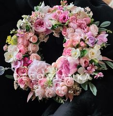 Wianek dekoracyjny wykonany pod zlecenie indywidualne. Spring Wreaths, Decoration, Floral Wreath, Home Decor, Flowers, Decor, Floral Crown, Decoration Home, Room Decor