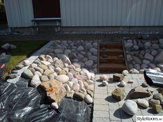Bildresultat för kullersten runt huset Rock Garden Design, Garden Landscape Design, Landscaping Retaining Walls, Yard Landscaping, Garden On A Hill, Garden Paths, Small Gardens, Outdoor Gardens, Garden Tiles