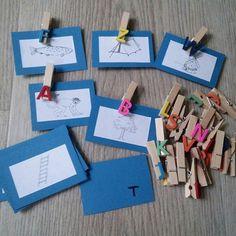Man nehme: beim Aufräumen gefundene Anlautaufkleber (nicht die allerschönsten, aber erfüllen ihren Zweck), ABC-Klammern, buntes Papier....die Idee hatte ich mal auf Pinterst gesehen. C, Qu, V, X u d Y hab ich rausgelassen. Selbstkontrolle auch möglich. #grundschulalltag #grundschule #deutschunterricht