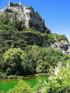 Fontaine de Vaucluse ~ #Provence #france #tourism #south #paca #tourismepaca #tourismpaca #vaucluse #fountain #fontaine #provencal #green #vert