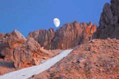 Il Gran Sasso è detto anche Dolomiti del sud per via della sua natura calcarea o piccolo Tibet per i paesaggi sconfinati e surreali