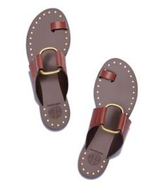 Sandals Summer Sandalias - There is nothing more comfortable and cool to wear on your feet during the heat season than some flat sandals. Cute Sandals, Shoes Sandals, Flat Sandals, Studded Sandals, Leather Sandals, Pink Lady, Hot Shoes, Summer Shoes, Summer Feet