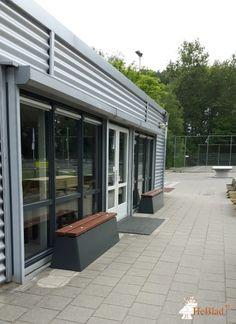 Betonbank DeLuxe Antraciet bij Nikantes sportcomplex in Hoogvliet