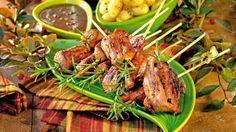 FRIPTURI LA GRATAR CU ROZMARIN TIMPI DE PREPARARE Timp de preparare: 30 min Gata in: 30 min INGREDIENTE scăricică de porc sau costiţe boia dulce şi iute sare piper rozmarin 1 ceapă roşie garnitură de cartofi 1 legatura mărar PREPARARE 1. Se taie carnea de porc bucăţi mai mari şi groase pentru a nu se …