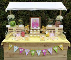 mesa de limonadas en el patio