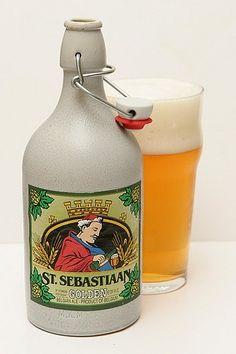 Cerveja St. Sebastiaan Golden, estilo Belgian Golden Strong Ale, produzida por Brouwerij Sterkens, Bélgica. 7.6% ABV de álcool.