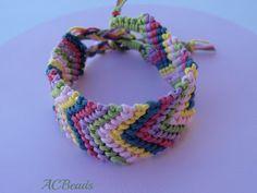 Pulseira da amizade com cores contrastantes / Friendship bracelet with contrasting colours