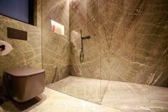 Una de las oportunidades que nos da la piedra es la de la continuidad en un interior. En el baño, la piedra Irish Green es una clara referencia a la naturaleza que envuelve. Baño de piedra | Lavabo mármol | Mármol verde | Ducha de piedra