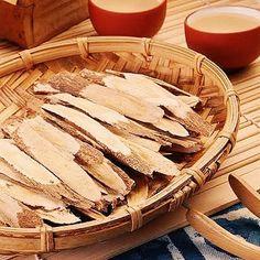 🌿 Zoom sur une plante de la pharmacopée chinoise ✳️l'astragale✳️  L'astragale est une plante qui intéresse de plus en plus les chercheurs occidentaux compte-tenu de ses propriétés exceptionnelles anti-âge.  Les polysaccharides et saponines contenus dans la racine d'astragale lui confèrent des propriétés qui font l'objet de nombreuses études.  En particulier   ✔️ elle est tonique du yang en médecine chinoise, c'est-à-dire qu'elle est tonifiante, stimule le Qi (énergie vitale, voir… Zoom, Dire, Apple Pie, Camembert Cheese, Desserts, Chinese Medicine, Naturopathy, Plant, Apple Cobbler