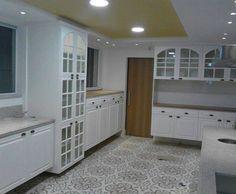 Cozinha Inglesa, com acabamento em laca acetinada e portas de vidro incolor.