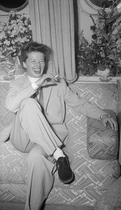 IlPost - Katharine Hepburn a Londra nel 1952 (Evening Standard/Getty Images) - Katharine Hepburn a Londra nel 1952 (Evening Standard/Getty Images) Golden Age Of Hollywood, Vintage Hollywood, Hollywood Glamour, Hollywood Stars, Classic Hollywood, Teenager Style, Katharine Hepburn Quotes, Divas, Actrices Hollywood