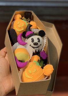 Halloween Baking, Halloween Goodies, Halloween Desserts, Halloween Cakes, Halloween Treats, Chocolate Covered Treats, Chocolate Dipped Strawberries, Comida De Halloween Ideas, Strawberry Box
