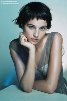 How to be aware of all the present pixie cut trends in time? In this post you will find Pixie Crop Hairstyle that you will adore immediately! The pixie crop Short Layered Haircuts, Cute Hairstyles For Short Hair, Vintage Hairstyles, Short Hair Cuts, Curly Hair Styles, Pixie Cuts, Pixie Bob, Curly Short, Modern Hairstyles