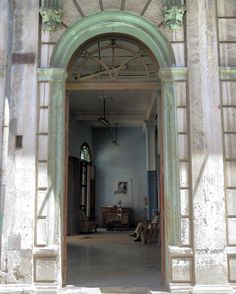 Interiores #havana #habana #habanavieja #cuba #doors #doorsandwindows #ig_streetphotography #ig_street #ig_habana #ig_cuba #loves_habana #loves_cuba #interiores #backtothepast #portrait #patria #oldbuilding