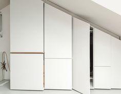 placard sous pente encastré en blanc et bois avec portes sans poignées                                                                                                                                                                                 Plus