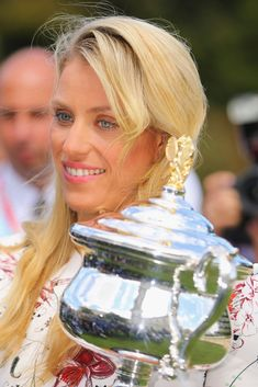 Angelique Kerber of Germany holds the Daphne Akhurst Memorial Cup during a photocall at Government House after winning the 2016 Australian Open on January 2016 in Melbourne, Australia. Angelique Kerber, Wta Tennis, Sport Tennis, Tennis Tournaments, Tennis Players, Angie Kerber, Tennis Association, Tennis World, Ana Ivanovic