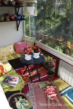 Balkon Keyfi Ülkemizde sıcacık havaların olduğu şu günlerde yavaş yavaş kendimizi balkonlara atmaya başladık. Tabi bunun için öncelikle balkonlarımızda küçük bir hazırlık yapmamız gerekiyor. Peki bu hazırlıklar neler olabilir? Mesala....  Renkli sandalyelerinize küçük minderler atabilir, ortaya küçük bir kili http://www.yemekodasi.com/balkon-keyfi/  #BalkonDekorasyon, #BalkonDekorasyonÖnerileri, #BalkonDekorasyonları, #BalkonDekoru, #Balko