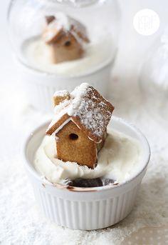 Miniature gingerbread house with pudding foundation... =) Pepparkakshus i miniformat med pudding som grund... =)