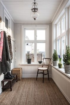 Agavägen 7 Seestaden Sandviken The real estate agency for those who want to change housing Closed In Porch, Enclosed Front Porches, Ideas Terraza, Sunroom Decorating, Enclosed Porch Decorating, Small Sunroom, Winter Porch, House With Porch, Interior Design Living Room