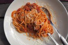 Puistolan bistro: pasta All'amatriciana Pasta All Amatriciana, Spaghetti, Ethnic Recipes, Food, Eten, Meals, Noodle, Diet
