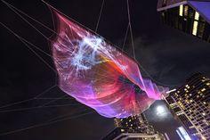 Компания «Арап» (Arap) из Сиэтла тесно сотрудничает с художницей Дженет Эчельман. Ее огромные скульптуры, которые она любит делать из тканой сетки, противостоят силам природы: ветру, солнцу, воде. Последняя, недавно законченная работа с поэтичным названием «Небо в бесчисленных искрах» (Skies Painted with Unnumbered Sparks) на пару недель была установлена в Ванкувере в честь празднования тридцатилетия конференции TED - Технологии, развлечения, дизайн.