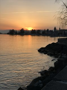 Sunset over Lac Leman in Lausanne, Switzerland! 🇨🇭