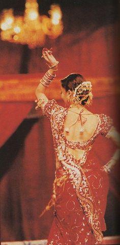 "Bollywood dance :Aishwarya performing her popular track ""Dola Re Dola"" from ""Devdas"" at Filmfare Awards Vintage Bollywood, Indian Bollywood, Bollywood Fashion, Bollywood Actress, Bollywood Stars, Mangalore, Bollywood Wallpaper, Miss Mundo, Indian Aesthetic"