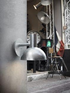 Sympaattinen seinävalaisin on sinkittyä terästä. - Sympathetic wall lamp made of galvanized steel.