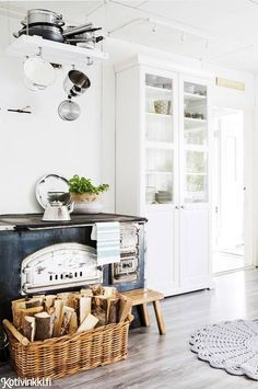 Like a modern farmhouse kitchen Kitchen Decor, Kitchen Inspirations, Sweet Home, Decor, 50s Style Kitchens, Kitchen Interior, Interior, Home N Decor, Home Decor