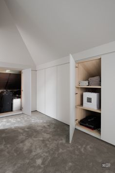 Neves maatkast onder dak - Gisella P. Attic Bedroom Storage, Attic Bedroom Small, Loft Storage, Attic Bedrooms, Attic Spaces, Bedroom Loft, Eaves Storage, Bin Storage, Open Spaces
