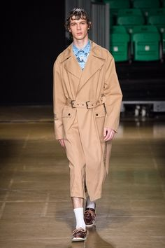 MSGM Spring 2020 Menswear collection, runway looks, beauty, models, and reviews. Vogue Russia, Sport Shorts, Fashion Show Collection, Msgm, Catwalk, Menswear, Normcore, Mens Fashion, Shirt Dress