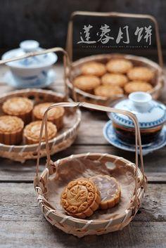 爱厨房的幸福之味: 莲蓉月饼(50克) Lotus Paste Moon Cake(50g) Pinata Cupcakes, Eclair, Mochi, Cake Pops, Sailor Moon Cakes, Low Carb Flammkuchen, Igloo Cake, Chinese Moon Cake, Mooncake Recipe