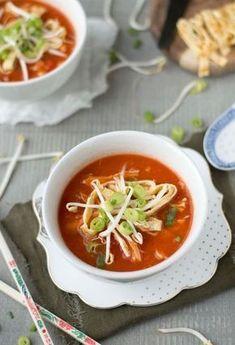 Precies zoals bij de Chinees, dit makkelijke recept voor een overheerlijke Chinese tomatensoep! Makkelijk om te maken, binnen 45 minuten klaar en waanzinnig lekker. Chinese Chicken Recipes, Asian Recipes, Ethnic Recipes, Crunch, Healthy Slow Cooker, Comfort Food, Homemade Soup, Super Healthy Recipes, Soup And Salad