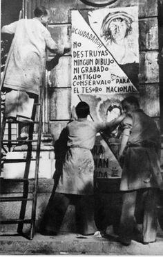 Pegada de carteles llamando a la conservación de obras de arte.