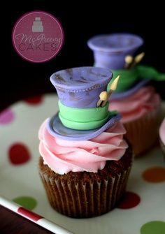 Alice in wonderland Johnny Depp inspired Mad Hatter Cupcakes w/Tutorial Alice In Wonderland Cupcakes, Alice In Wonderland Birthday, Wonderland Party, Cupcakes Design, Mad Hatter Party, Mad Hatter Tea, Mad Hatters, Mad Hatter Cake, Bridal Party Foods