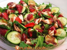 Perfect Spring Salad with Strawberries and Chicken!  http://www.funkycook.gr/salata-me-roka-kotopoulo-kai-fraoules/