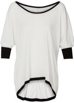 Veja agora:Peça superfashion - mais comprida atrás, o galão em cor preta enobrece o look. Com mangas morcego 3/4, um must para qualquer guarda-roupa!