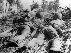 US Marines accroché par le feu japonais sur l'atoll d'Eniwetok sur les îles Marshall, le 18 février 1944.