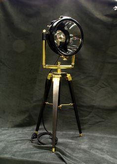 Petit trépied esprit Steampunk, fait d'un phare automobile des années 1915-20, entièrement restauré.  Ces phares fonctionnaient à l'acétylène, et étaient montés sur beaucoup de voitures françaises de cette époque.  Le trépied est entièrement fait main.  Hauteur : 73 cm  Prix : 890,00 €