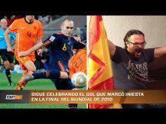 Un aficionado sigue celebrando el gol de Iniesta a Holanda en la final del mundial.