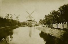 Zeldzame foto van de walmolens 'De Bul' en 'De Eendragt. De Bul werd in 1862 afgebroken. Deze foto is dus van vóór die tijd.