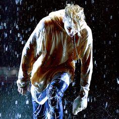 Justin Bieber Has a Kinda Weird, Kinda Cool Wet Sweatshirt Contest at the AMAs