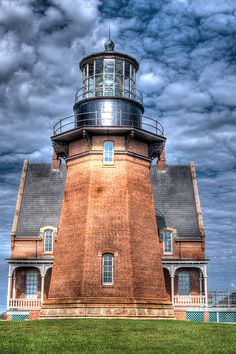 Block Island, South East Light (by Rob Weir) is a lighthouse located on Mohegan Bluffs at the southeastern corner of Block Island, Rhode Island. Rhode Island, Saint Mathieu, Lighthouse Pictures, Lighthouse Art, Beacon Of Light, Block Island, Am Meer, Architecture, Beautiful Places